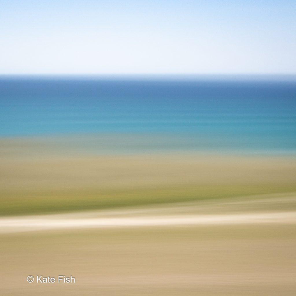 ICM Beach Art mit beige, grün, türkis und blauen Streifen durch ziehen der Kamera während der Aufnahme am Strand