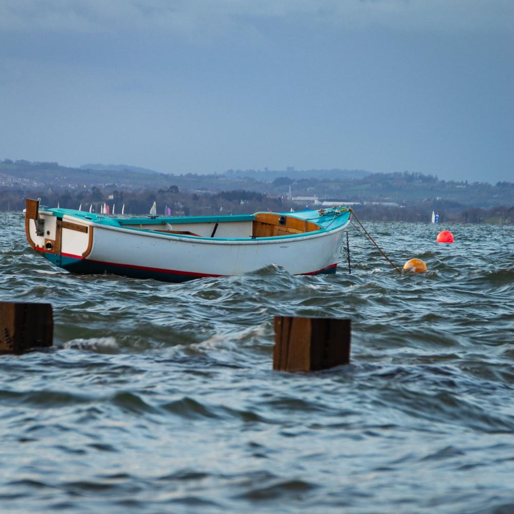 wave photos with object included, boat rocking in the waves; auf unruhigen Wellen schaukelndes Boot zur Illustration, dass die Wellenart besser zu sehen ist mit einem Objekt im Bild