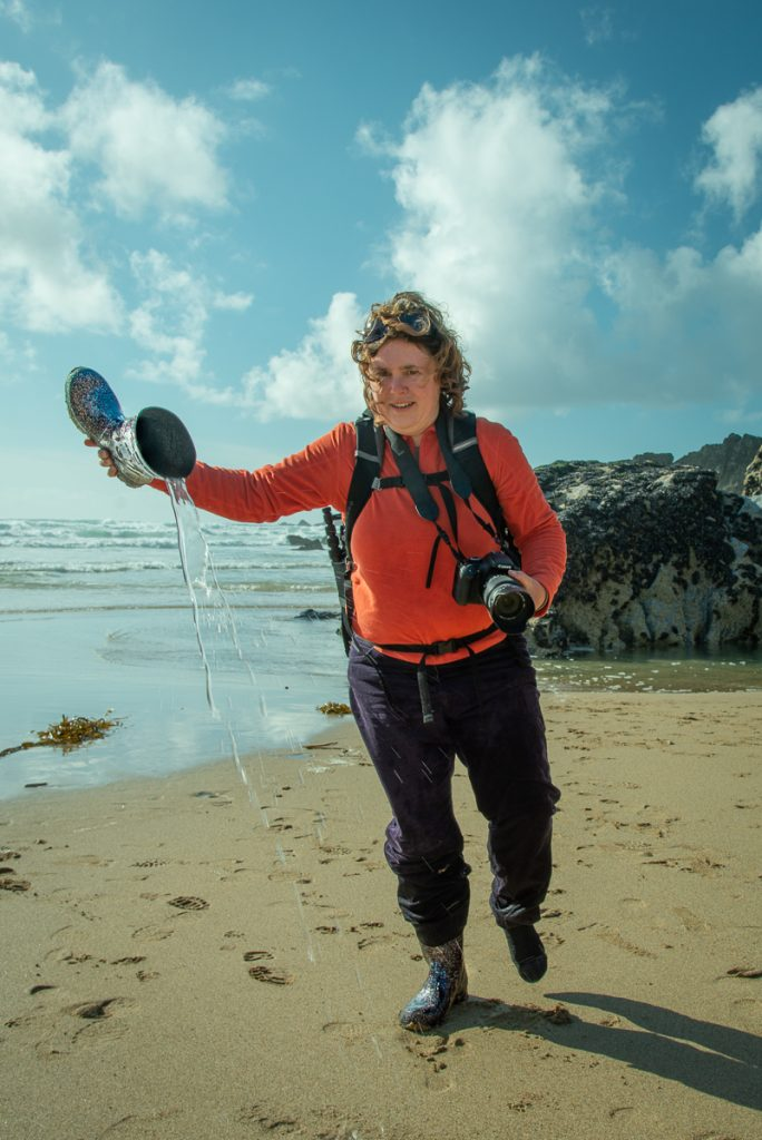 ich beim Ausschütten der vollgelaufenen Gummistiefel, um zu zeigen, dass bei Flut machmal kein trockener Weg zurück führt