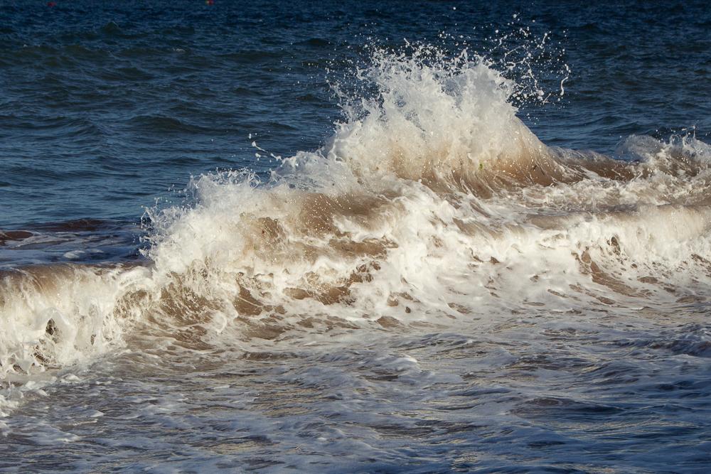 Wellenfotos unterschiedliche Formen von Wellen wiedergebend - sich treffende Wellen