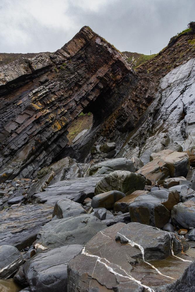 Rauhe Steine und Felsen am Strand von Hartlad Quay mit charakteristischer Schichtung