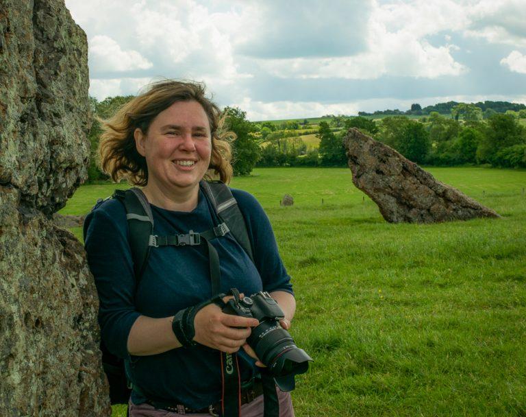 Kate Fish mit Kamera im Stanton Drew Steinkreis in England