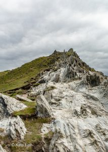 Foto vom Morte Point in Devon, nach oben schauend, um die zackige Felsstruktur, die einem Dinosaurrücken ähnlich sieht deutlich herauszustellen.