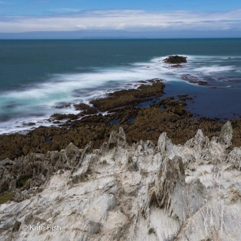 Morte Point runter aufs Wasser fotografiert mit Langzeitbelichtung