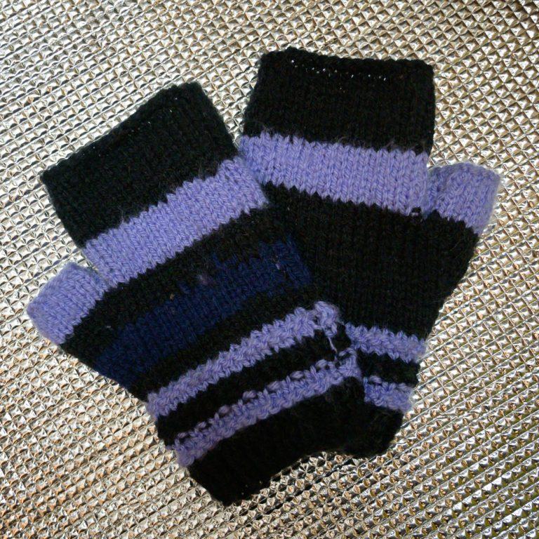 Nützliches Zubehör beim Winterlandschaft fotografieren: Handschuhe mit freien Fingern auf einem uquip Sitzkissen, das isoliert