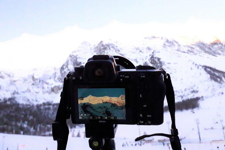 """Ein """"make of"""" Bild von meiner Nikon Z6 beim Winterlandschaft fotografieren auf 400m hohe Berge im Sonnenaufgang gerichtet mit dem Motiv im Display"""