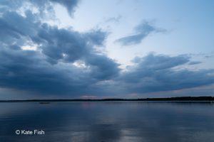 Senftenberger See nach Sonnenuntergang mit blauen Wolken und dunklem Wasser von Koschen aus mit Weitwinkel fotografiert