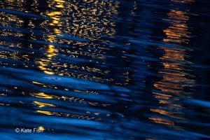 Wasserspiegelung von Lichtern zur blauen Stunde als Beispiel für kreativ mit der Kamera