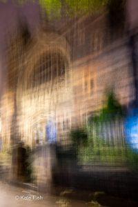 ICM durch Bewegen der Kamera in Quadraten erzeugte Unschärfe eines Gebäudes in der Gloucester Road in Bristol zur Blauen Stunde
