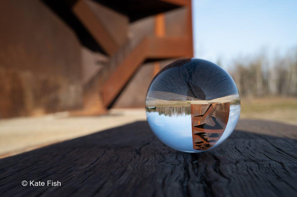 """Glaskugel vor dem """"Rotigen Nagel"""" einem Aussichtsturm in Lausitzer Seenland mit geschlossener Blende und damit scharfem Hintergrund"""
