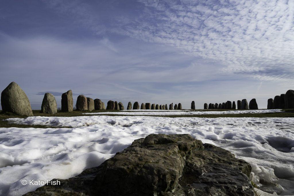 Ales Stenar, meine No.1 der Fotolocations in Schweden mit Superweitwinkel aus einer ungewöhnlichen Perspektive, vom Stein, der den Mast symbolisiert mit fast allen Steinen sichtbar drum herum. Schöner blauer Himmel mit interessanten weißen Wolken
