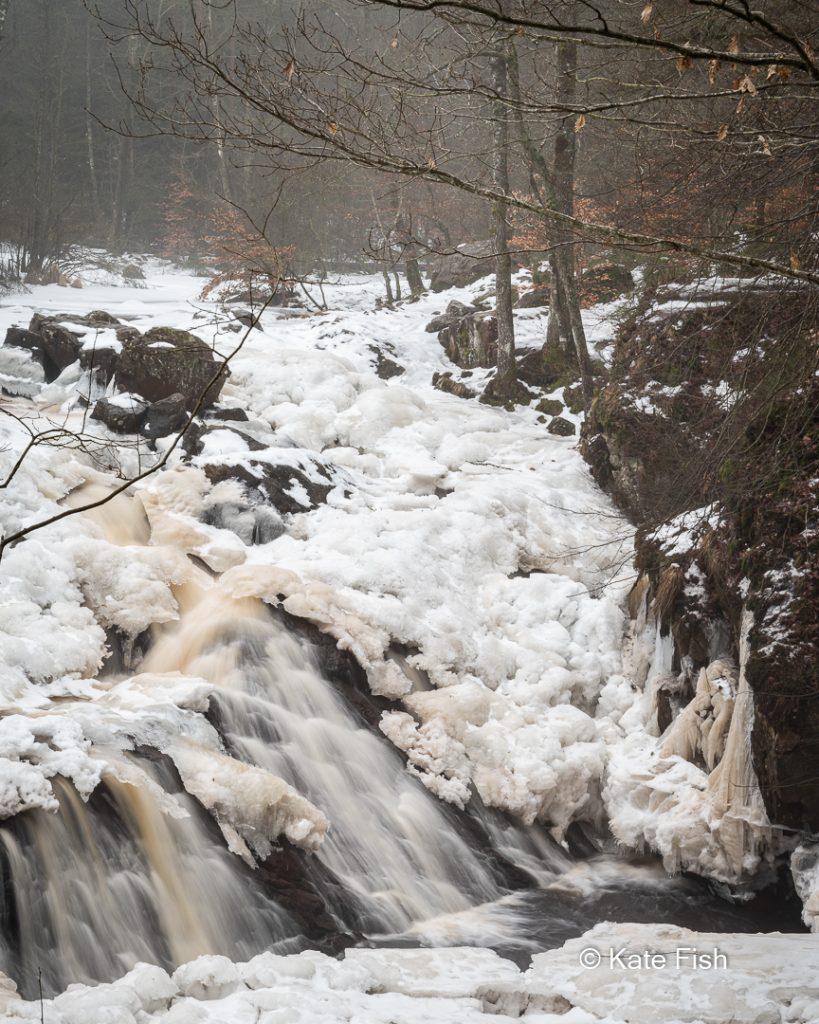 Danks Fall Wasserfall im Winter mit Schnee und Eis und neblig mystischer Atmosphäre