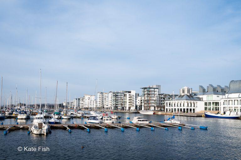 5 Bilder von Helsingborg als meiner No. 2 der besten Fotolocations in Schweden. Sowohl ein weiter Blick zum Sonnenuntergang von der Burg aufs Meer, als auch das Rathaus und der Hafen, sowie Details von Fenstern und Straßenlaternen