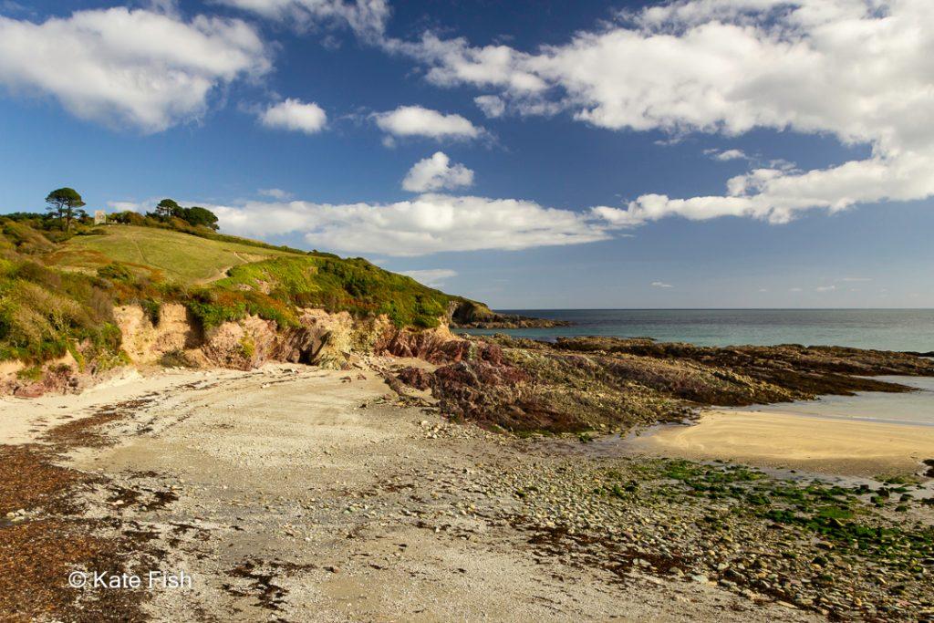Talland Bay an einem sehr lichtintensiven Tag mit Polfilter und Weitwinkelobjektiv fotografiert