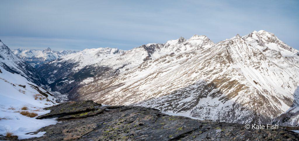 Tiefe im Bild eines schönen Gebirgsabschnittes in den Alpen durch Vordergrund, Mittelgrund und Hintergrund Staffelung. Berge zackig und Schnee bedeckt