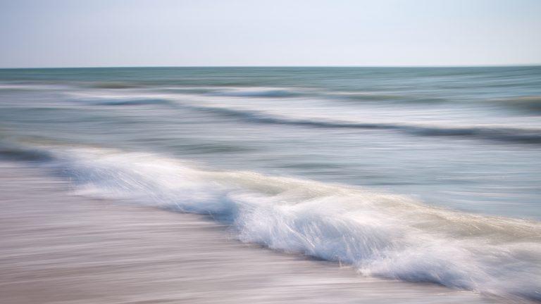Heranrollende Welle als Beispiel für Wellenfotos mit Mitziehen der Kamera, also keine ICM, aber lange Belichtungszeit von 0,2s