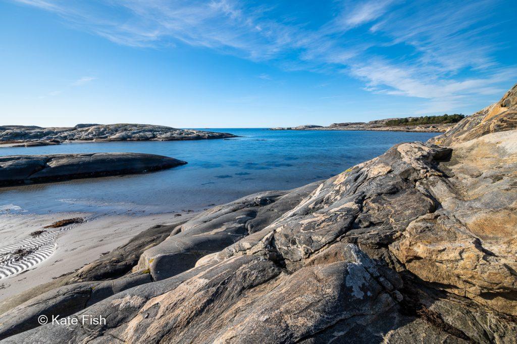 Interessante Küste auf Nord Koster im Kosterhavet Nationalpark an der Westküste Schwedens mit blauem klaren Wasser