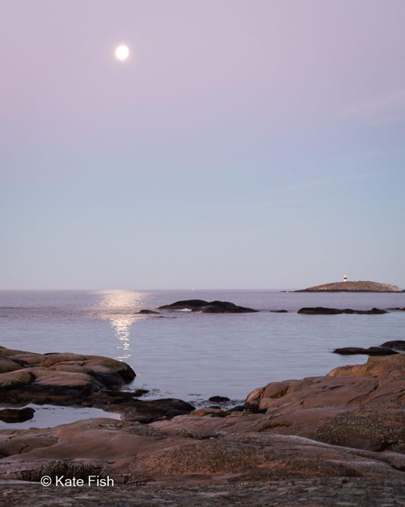 Vollmond über dem Meer untergehend im Tjurpannan Naturreservat einer ganz besonderen Fotolocation an der Westküste Schwedens